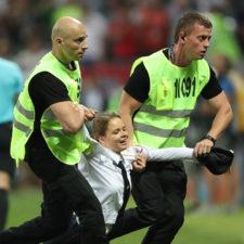 Miembros del colectivo Pussy Riot interrumpieron la final del Mundial
