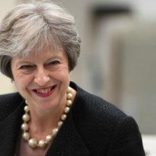 Theresa May sorprendió en Sudáfrica por su carismático baile