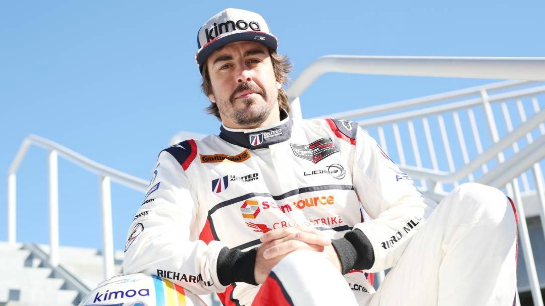 El piloto español firmó continuará con su relación con la escudería inglesa luego de firmar un amplio acuerdo