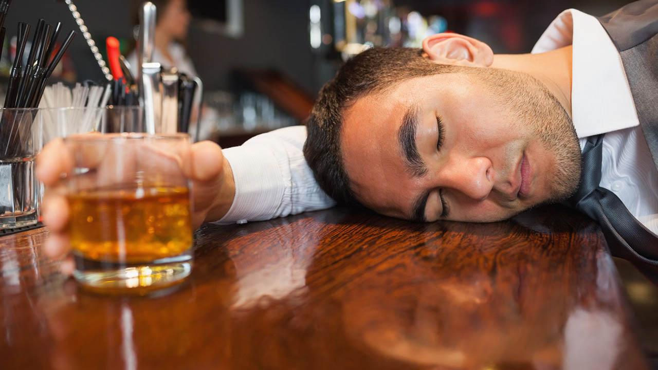 El sujeto de 31 años sufrió una sobredosis de alcohol por lo que las autoridades lo declararon muerto