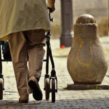 Hombre parapléjico logra caminar gracias a la estimulación eléctrica