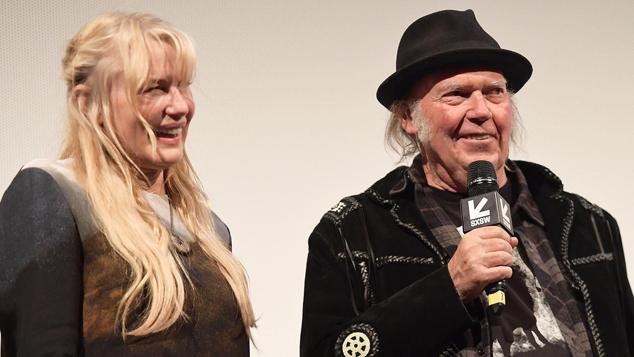 Tras meses de rumores, el músico y compositor de 72 años se casó con la actriz estadounidense
