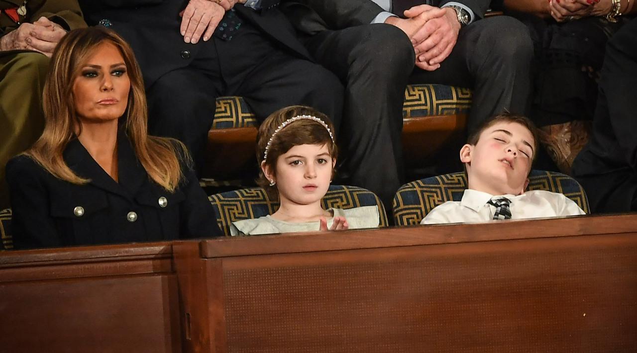 Joshua quedó con los ojos cerrados y la boca medio abierta en una butaca del Congreso de ese país