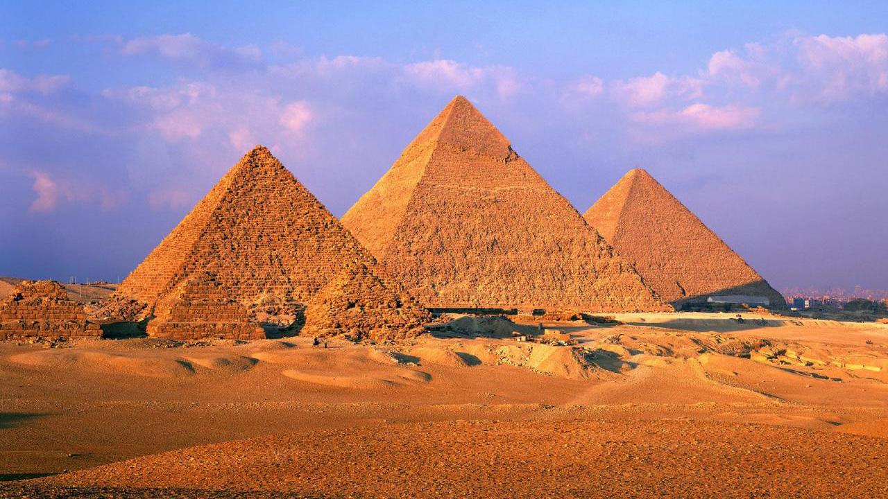 La Gran Pirámide de Giza está formada por 2.300.000 bloques de piedra individuales, cada uno de ellos con un peso de alrededor de 2,5 toneladas