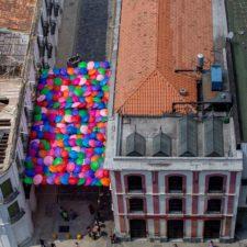Paraguas multicolores embellecen el pasaje Linares en Caracas