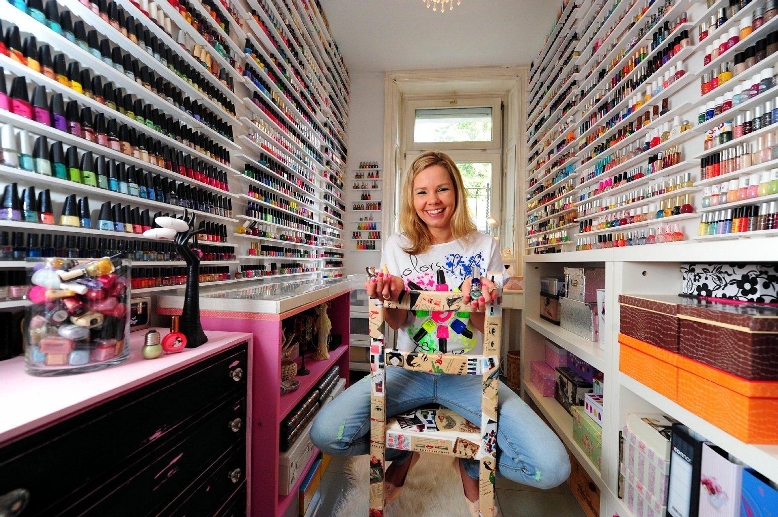 Una licenciada en administración de empresas de 39 años tiene alrededor 11.027 envases de esmalte de todos los tamaños, colores y formas