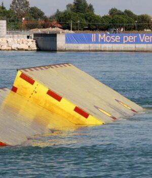 Venecia prueba con éxito compuertas de acero contra inundaciones