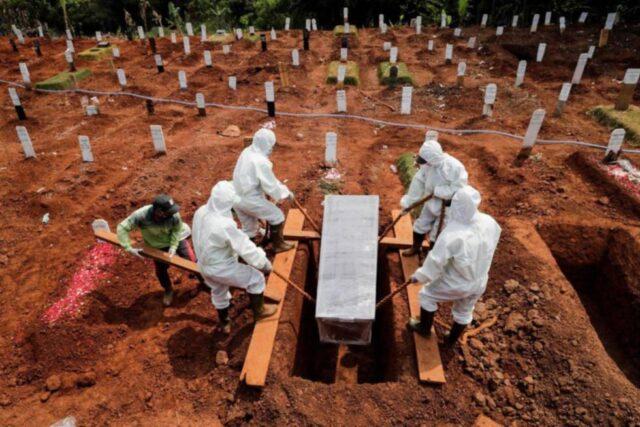 Cavar tumbas, el castigo para infractores de la mascarilla en Indonesia