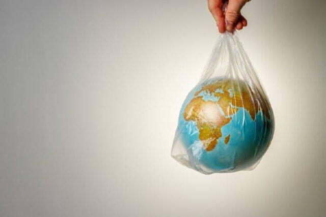 Entre ellos están las bolsas de los supermercados, cubiertos, pajitas o los anillos de plástico que sujetan las latas