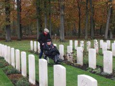 """El Sumario - Héroe de guerra del ejército inglés se reencontró con el """"niño"""" que cargó hace 75 años"""