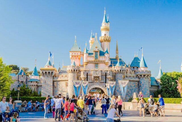 El Sumario - EE.UU. convertirá un parque de Disneylandia en un centro de vacunación