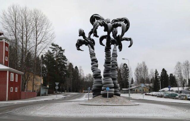 El Sumario - Este artista crea impresionantes esculturas hechas con acero y neumáticos reciclados