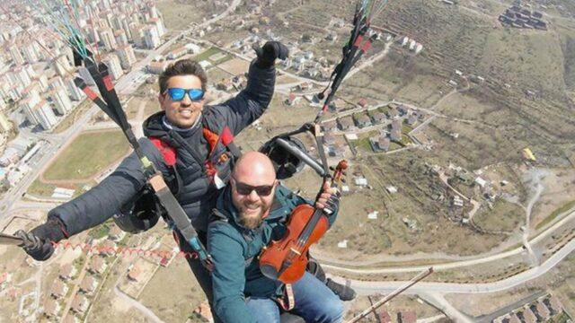 ¡Concierto desde las alturas!: Un músico vuela parapente tocando su violín