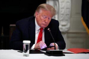 El Sumario - Cuentas en redes sociales de Donald Trump permanecerá suspendidas por dos años
