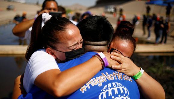 amilias migrantes se abrazan en la frontera con EE.UU. tras décadas sin verse