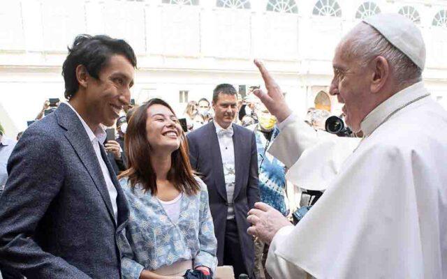 El Sumario - El ciclista colombiano Egan Bernal recibió la bendición del papa Francisco